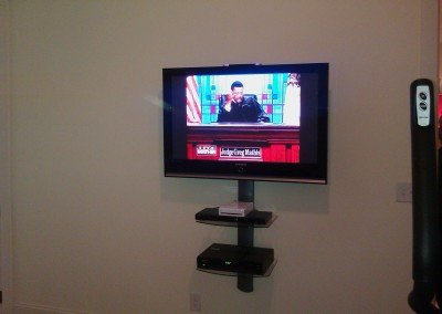 Professional TV mounting with floating shelves